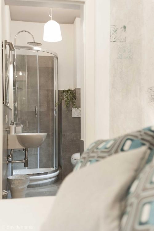 Camera Capri con bagno privato - b&b Udine Fronte Stazione